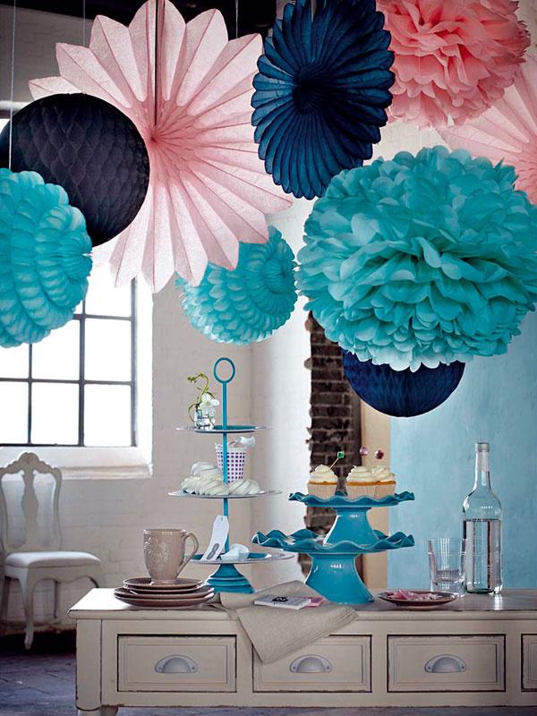 Pom-pom Papierová závesná dekorácia v pastelovej ružovej alebo sviežej mentolovej farbe, priemer 40 cm, od 12,95 €, www.impressionen.de