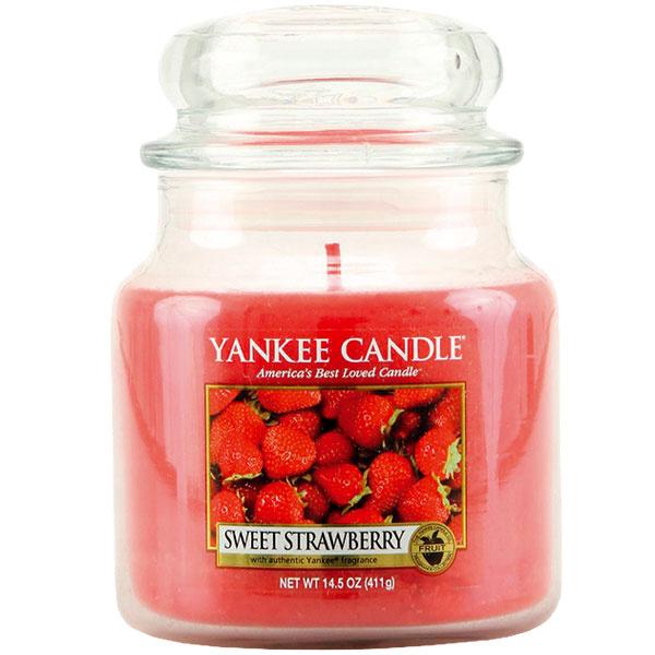 Vonná sviečka Sweet Strawberry od Yankee Candle, 17,47 €, www.zoot.cz
