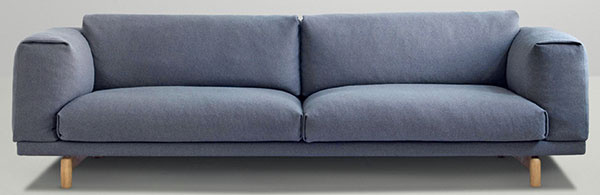 Trojsedačka Muuto Rest sofa, dizajn Anderssen & Voll, oceľovo-dubová kostra, látkové čalúnenie, 3 908,14 €, www.designpropaganda.com