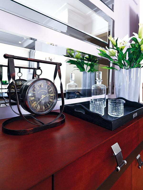 Zapojenie zrkadiel do interiéru je jedným z prvkov typických pre art déco. V hlavnom obytnom priestore preto nesmeli chýbať.