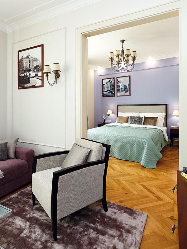 Z obývačky sa vchádza do hlavnej spálne. Obe miestnosti charakterizuje rovnaká farebnosť – kombinácia starofialovej s jemnou krémovou.
