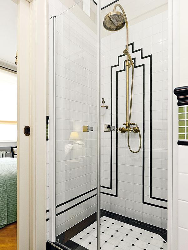Obe kúpeľne vbyte sú zariadené vrovnakom štýle, líšia sa len veľkosťou avybavením – v tej menšej je napríklad namiesto vane sprchovací kút.