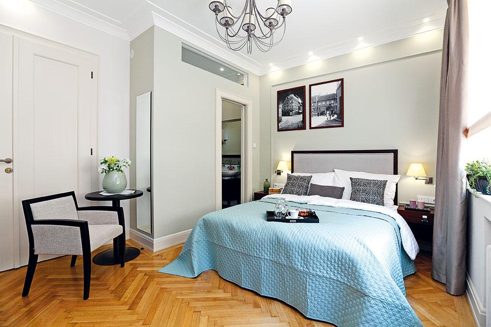 Druhá spálňa – bližšie pri vstupe do bytu – má vlastnú kúpeľňu a môže sa využívať relatívne samostatne. Farebne je ladená do tlmeného odtieňa olivovozelenej vkombinácii so všadeprítomnou béžovou avýraznými čiernymi detailmi. Dominuje jej veľká posteľ s čelom v štýle art déco.