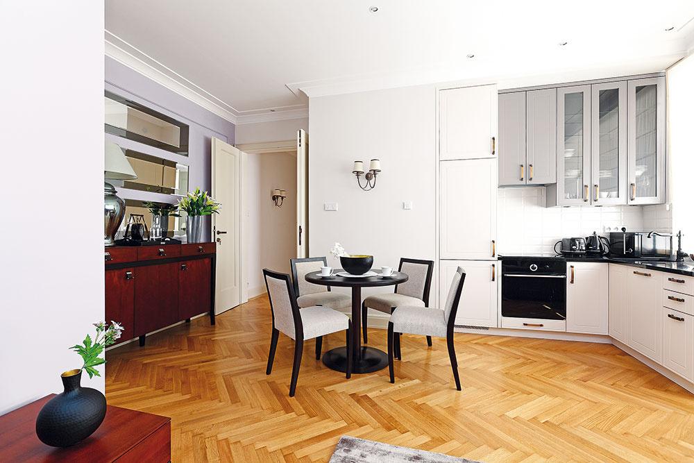 Kuchyňa je tu súčasťou veľkého denného priestoru spolu sjedálňou aobývačkou. Tento prístup je skôr odrazom modernej súčasnosti, v30. rokoch by ste sa s ním vžiadnom z elegantných bytov strednej vrstvy nestretli. Keďže však pôvodný byt osvoju samostatnú kuchyňu prišiel už dávnejšie ajeho noví majitelia túžili po síce starosvetsky gracióznom, ale modernom bývaní, zvolili si vlastnú cestu.