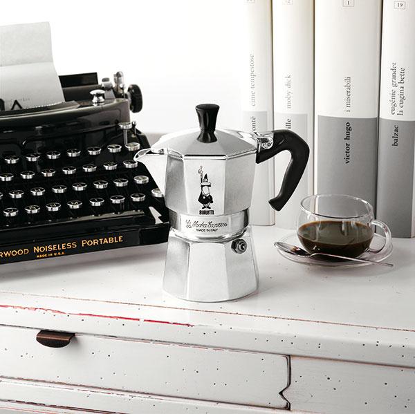 Pôvodný kávovar Moka Express, ktorý si vroku 1933 patentoval Alfonso Bialetti, sa bez výraznejších zmien (až na drobné ergonomické úpravy rukoväte) vyrába rovných 80 rokov. Je dostupný vrôznych veľkostiach na prípravu jednej alebo viacerých šálok moka kávy. Cena od 20 €, BIALETTI
