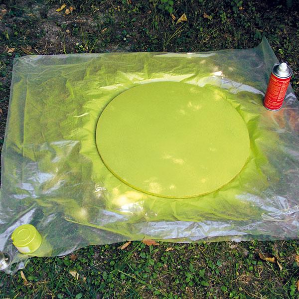 Pneumatiku umyte saponátom anechajte vysušiť. Hornú dosku stolíka (drevený kruh) nafarbite. Farbu nanášajte postupne vniekoľkých vrstvách anechajte poriadne uschnúť.