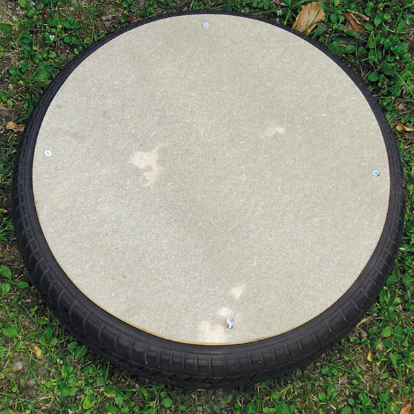 Na pneumatiku položte druhý drevený kruh anavŕtajte ho na štyroch miestach. Najskôr vyvŕtajte spoločný otvor zároveň do dosky apneumatiky, vložte skrutku a zdruhej strany juhneď zaistite podložkou amaticou. Takto zabezpečíte, že sa otvory vdoske apneumatike od seba nepohnú. Matice riadne dotiahnite.