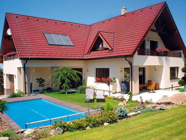 Dvojpodlažný dom zo stavebného systému DURISOL od spoločnosti Leier Baustoffe SK s. r. o. Výhodou tohto systému je rýchlosť výstavby – pri dome sjednoduchým pôdorysom sa dá za deň zhotoviť celé jedno podlažie. Tvarovky sa na seba ukladajú nasucho anásledne sa previažu výplňovým betónom, vďaka ktorému dosiahnu vysokú nosnosť (takzvaný systém strateného debnenia).