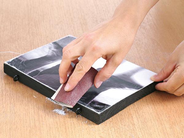 Keď je lepidlo suché, okraje fotky prebrúste brúsnym papierom.