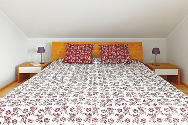 Aj v spálni im záležalo na kvalite nábytku. Vďaka výberu cenovo zvýhodnenej zostavy postele, nočných stolíkov ašatníkovej skrine sa pritom dostali na celkom priaznivú cenu. Kzostave potom doobjednali pre domácu pani ešte pracovný kút spolicami.