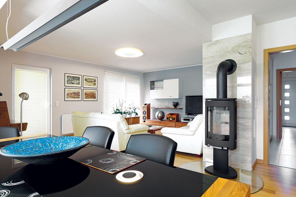Podstatnú časť prízemia zaberá otvorený denný priestor vtvare L – zobývačky plynulo prechádza cez jedáleň vstrede až do kuchyne na opačnom konci miestnosti.