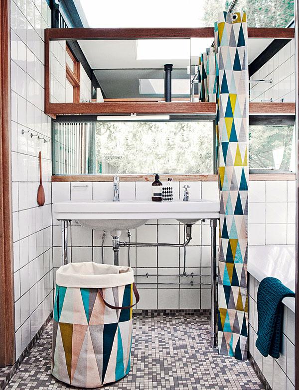 Nostalgická kúpeľňa v štýle škandinávskeho retra nadobudla výnimočnosť maličkosťami. Pôvodná originalita sa predsa cení, dokonca je vyhľadávaná. Preto aj biele kachličky s čiernou škárovacou hmotou či mozaiková dlažba dýchajú tou správnou patinou.
