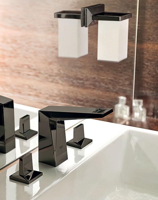 Diamantový šperk. V ikonickom dizajne batérií Grohe Allure Brilliant, inšpirovanom architektonickým skvostom svetového finančného centra v Šanghaji, sa skĺbilo umenie s ergonómiou. Výpustné dĺžky 172 a 220 mm zaisťujú kompatibilitu s rozličnými tvarmi umývadiel, dostupné sú aj v leštenej chrómovanej úprave GROHE StarLight®.