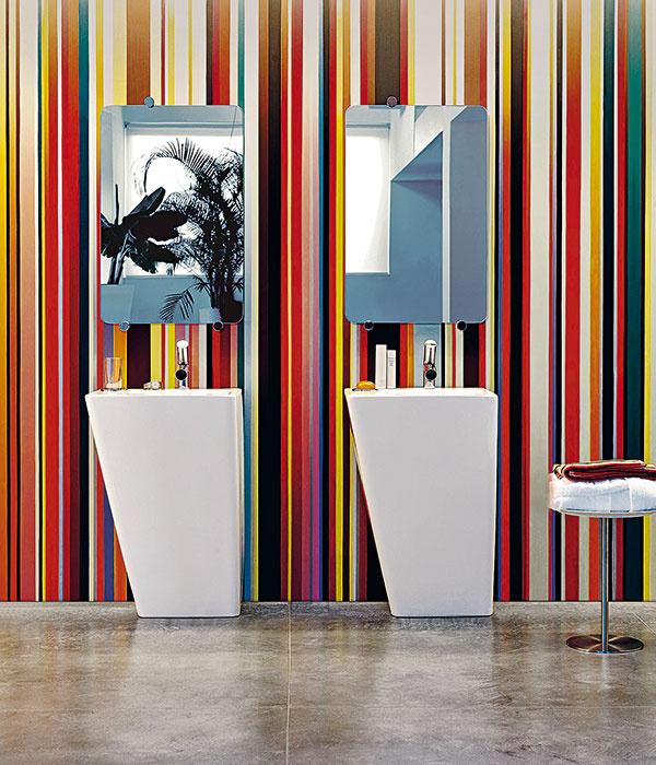 """Vyváženosť. Dizajnový rad IlBagnoAlessi dOt od firmy Laufen využíva hranaté formy odľahčené zužujúcimi sa tvarmi. Dômyselný dizajn ukrýva """"technické vnútornosti"""" v tele produktu a tak sa kombinácie s výraznými farbami nemusíte obávať. Podobným princípom sa riadi aj línia produktov Laufen Moderna Plus od dizajnéra Petra Wirza (štúdio Process Design, Lucerne), ktorá však využíva predovšetkým lichobežníkové tvary."""