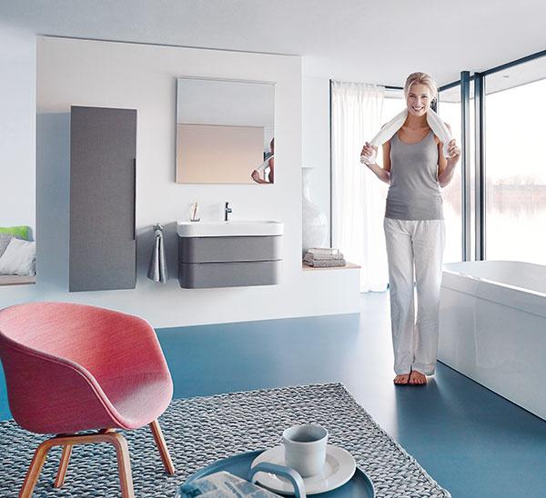 Elegantne a žensky. Tak pôsobí dizajn kúpeľňovej série Duravit D.2 od Sieger Design. V základných symetrických tvaroch tieto produkty ponúkajú veľkorysý vnútorný objem s jemným lemovaním. Relaxačný zážitok podčiarkuje ich špeciálna povrchová úprava, ktorá vďaka hĺbkovej štruktúre ponúka haptický efekt ľanu.