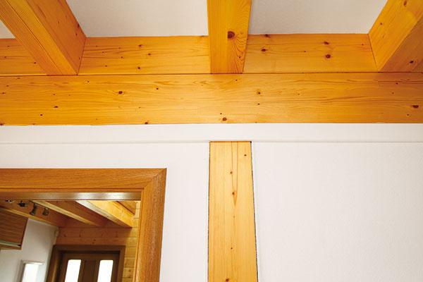 Drevené stĺpy nesú v tomto dome konštrukciu stropu. V spodnej časti stĺpov sú konzoly so závitom – pomocou závitu sa účinne uvoľňuje celý vnútorný nosný systém podľa toho, ako sadá vonkajšia zrubová konštrukcia.