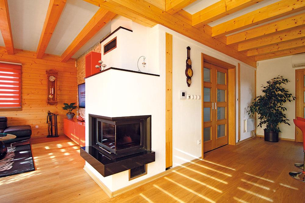 Teplovzdušný kozub je doplnkovým zdrojom tepla. Keďže ide onízkoenergetický dom, tepelnú pohodu tu zabezpečíte srelatívne nízkymi výdavkami.