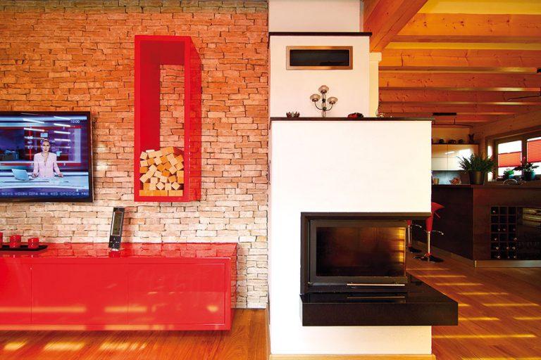 Aby ste sa tu cítili ako vrodinnom dome, nie ako vchalupe celej zdreva, sú tu využité rôzne druhy konštrukcií. Napríklad priečky na prízemí sú murované aomietnuté, jedna zo stien vobývačke je obložená chorvátskym kameňom.