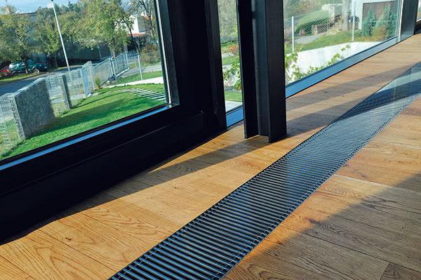 Veľkoformátové posuvné zasklenia vobývacej časti sú vložené do predsadenej, perfektne tepelne izolovanej fasádnej konštrukcie zhliníka. (Bezpečnosť nenápadne zaisťuje sklenené zábradlie zvonkajšej strany.)