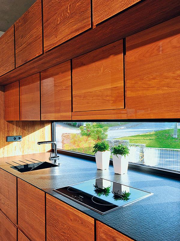 Dlhé anízke okno zapracované do kuchynskej linky je vybavené skrytým kovaním Schüco AvanTec.