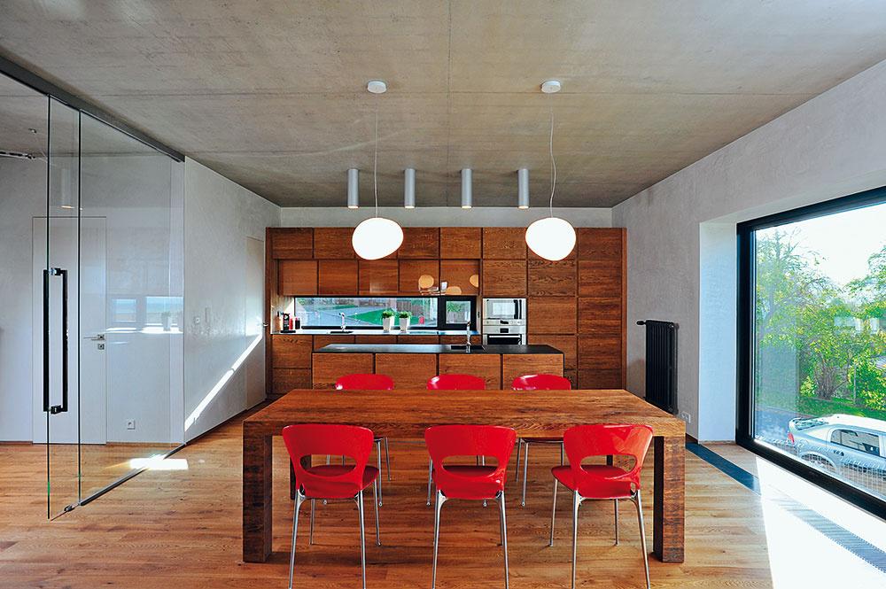Kuchynská linka je vyrobená na mieru. Okrem moderného poňatia celku zapôsobí aj voľba materiálov: tzv. drásaný povrch dubového dreva sa strieda svysokolesklým, pracovné plochy sú  ztmavej africkej žuly.