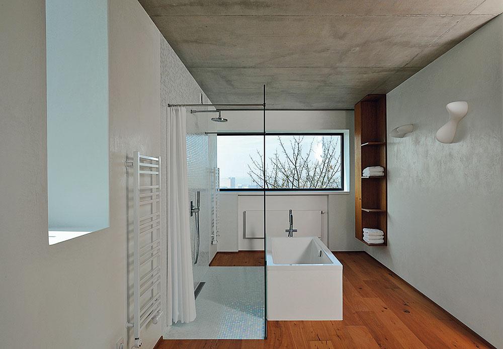 Veľkú kúpeľňu pri rodičovskej spálni na najvyššom poschodí presvetľuje hneď niekoľko okien, ktoré sú vduchu celkovej koncepcie vysunuté až na úroveň líca fasády.
