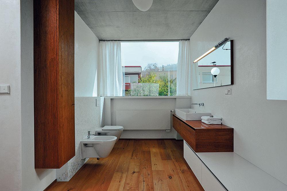 Stropom vo všetkých miestnostiach dominuje pohľadový betón, chránený transparentným lakom. Steny zdobia vápenno-cementové omietky sgletovaním vo svojom prirodzenom odtieni, iba vkúpeľniach sú použité benátske štuky astierka Pandomo.