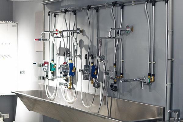 Priestory na školenie servisných technikov či inštalatérov ponúkajú možnosť nahliadnuť do celého systému fungovania jednotlivých typov kúpeľňových armatúr či sanity.