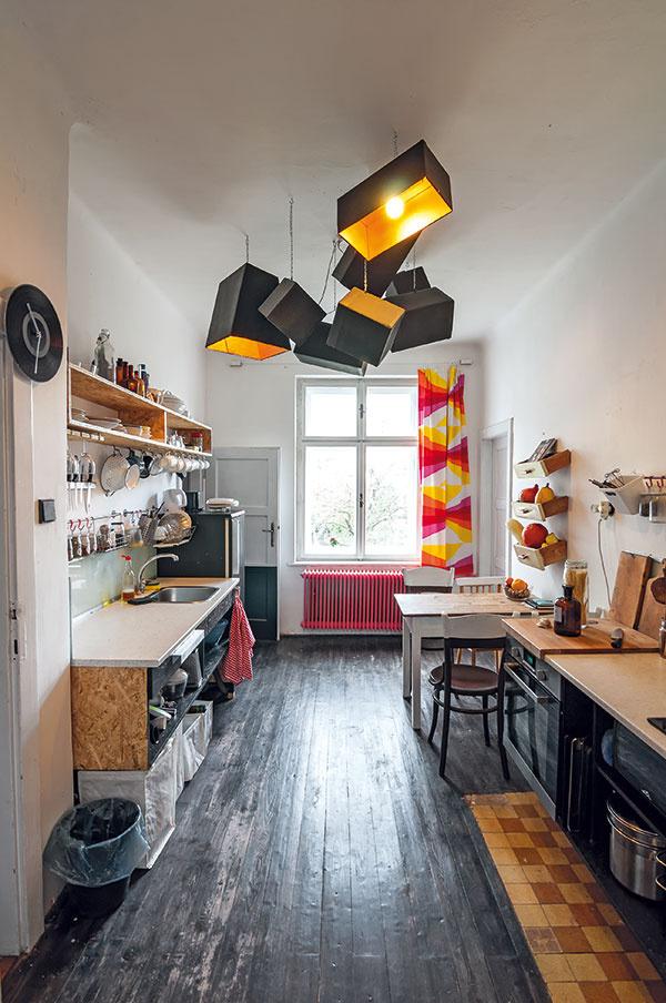 toto tu jenápad   Poličky zo zásuviek sú skvelým aveselým výmyslom, ako vyriešiť úložné priestory vkuchyni.