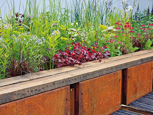 Vyvýšené záhony zeleniny alebo kvetov sú momentálne trendové. Starostlivosť one je jednoduchá avýborne šetria priestor. Vyplniť ich môžete kompostovanou zeminou.