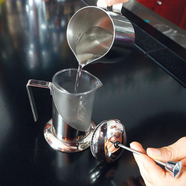 Nahrejte french press aj šálky horúcou vodou. Vodu vylejte.