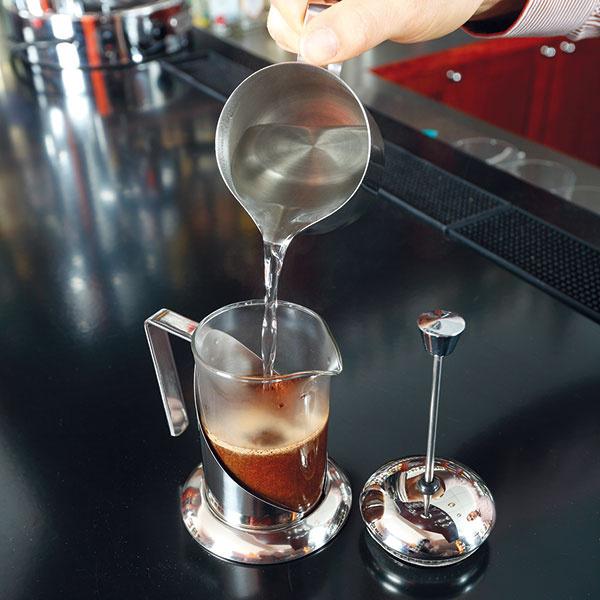 """Kávu zalejte horúcou, ale nie vriacou vodou. Optimálna je teplota okolo 95 °C. (Skúste použiť vodu, ktorá vám ostala vrýchlovarnej kanvici zpredhrievania na začiatku.) Navrchu by mala vzniknúť typická """"kôrka"""" – pena zmiešaná spomletou kávou."""