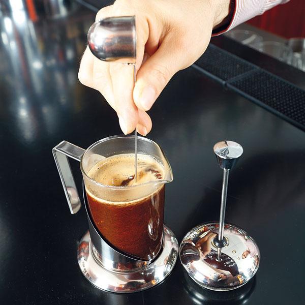 Asi po 30 sekundách kávu premiešajte, french press zatvorte (piestom nehýbte) anechajte 3 až 4 minúty lúhovať.