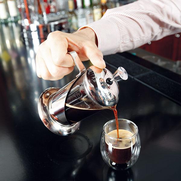 """Po zatlačení piesta kávu hneď podávajte alebo ju prelejte do inej nádoby. (Inak sa """"prelúhuje"""" ajej chuť sa pokazí.) Môžete pridať cukor amlieko podľa chuti."""
