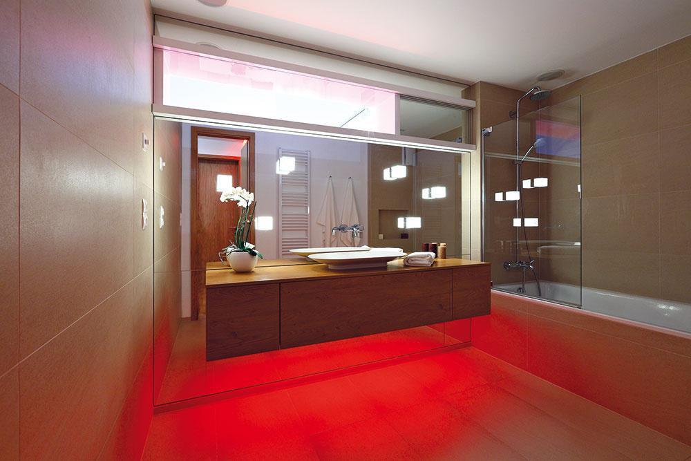 Farebné LED osvetlenie zmení obyčajnú kúpeľňu na wellness oázu – na navodenie tej správnej atmosféry je majiteľom kdispozícii viac než 16 miliónov farieb.