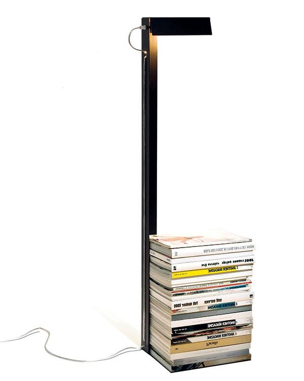 Stojan asvietidlo Left or Right big, vyrába Konstantin Slawinski, čierna alebo biela striekaná oceľ, 32 × 26 × 115 cm, 218 €, www.chooze.sk