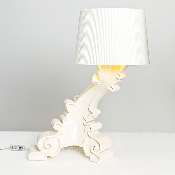 """""""Keď sme prednú časť lampy Bourgie zahriali, mohli sme jej dať nový, jedinečný tvar. Vyzerá, akoby sa hýbala či nakláňala ponad vaše rameno, aby vám počas čítania lepšie svietila. Zmenená predná časť dala lampe zvláštny tvar, ktorý vyvoláva otázky o jej charaktere. Nazvali sme ju Liquid (tekutina)."""" Front"""