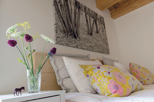Príroda vonku aj vnútri. Len čo príde jar, každá miestnosť naberie svieži dych. Lúčne kvety vo vázach sú najkrajšou dekoráciou, ktorá interiér nielen zútulní, ale aj prevonia.