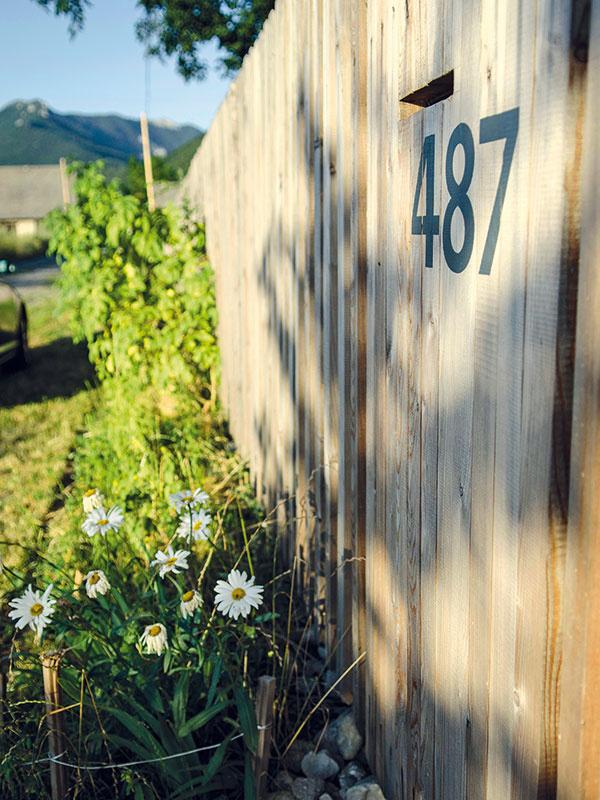 Keď sa myslí na každý detail. To, ako pôsobí dom zvnútra, vyžaruje aj navonok. Na bujnú záhradu abohaté živé ploty si síce majitelia ešte počkajú, osúkromie sa im však stará jednoduché vkusné oplotenie, ladiace sdrevenými obkladmi fasády domu zčerveného smreka.