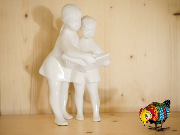 Porcelánoví spoločníci Spoločná záľuba v dizajne 60. rokov prinútila manželov prechodiť mnoho bazárov, kým natrafili na výnimočné kúsky. Nazbierali tak utešenú zbierku originálneho glazovaného porcelánu. V drevených vitrínach si spolu nažívajú srnky, školáčky, hospodári pri práci či huncúti púšťajúci šarkany.