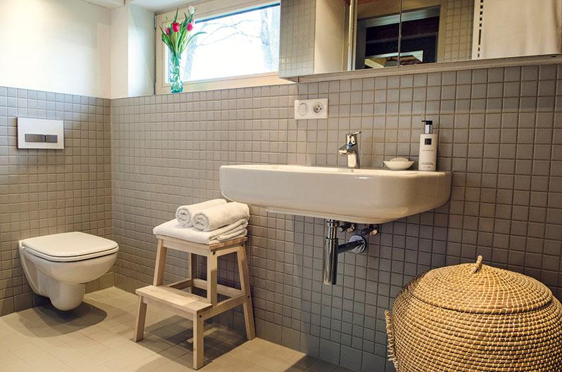 Ani pri pohľade na vkusne riešené kúpeľne niet pochýb, že sú súčasťou útulného interiéru, ato vďaka dreveným trámovým stropom, doplnkom zratanu adreva, nevynímajúc keramický obklad, ktorý je moderným odkazom na tradičnú mozaiku.