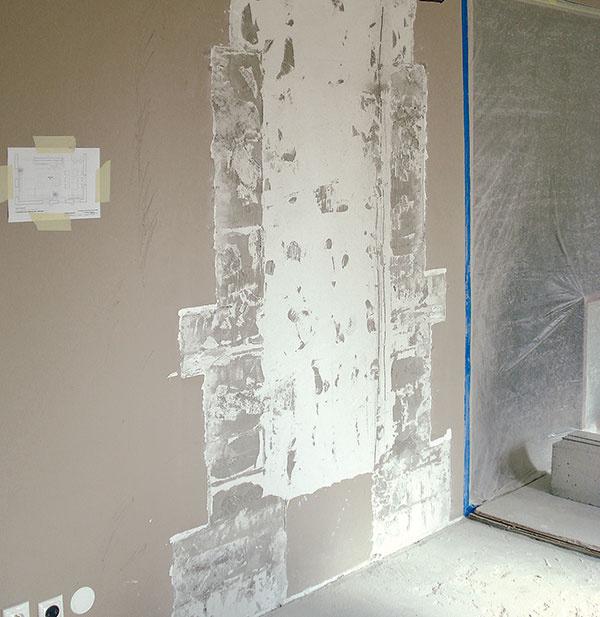 1 Pri búraní pôvodného kozuba sa odhalilo množstvo chýb, ktoré boli výsledkom neodborných zásahov stavebnej firmy. Realizácia nového si preto vyžadovala ich dôsledné odstránenie aúplne novú konštrukciu.
