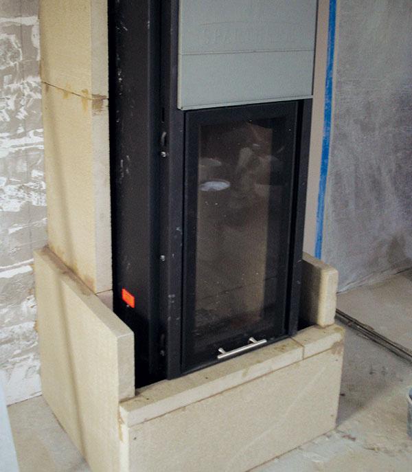 3 Obstavba bola pre netradičné umiestnenie kozuba vrámci obývačkovej steny vyhotovená tak, aby sa dosiahlo výborné odvetranie adôkladné odizolovanie.