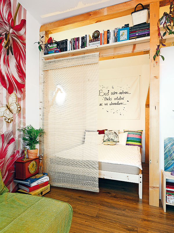 Po niekoľkých rokoch Maťa konečne vymenila matrac a pohovku za posteľ. Tá si našla svoj kútik medzi trámami, sčasti skrytá pred pohľadmi bambusovou roletkou. Všetko, čo človek na spánok potrebuje, teraz Maťa má. Hlavne pokoj.