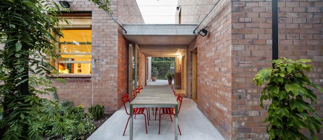 Jedálenskú časť okrem exteriéru záhrady ozvláštňujú aj jedálenské stoličky v živej červenej farbe, ktorá v kombinácií so zeleňou a šedým jedálenským stolom vyniká.