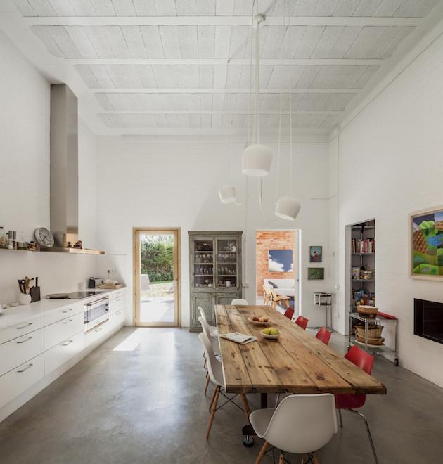 V kuchyni vládne minimalistický štýl so škandinávskym nádychom bielej. Oživujúcim prvkom sú opäť červené stoličky. Tento krát však v kombinácií s bielymi.
