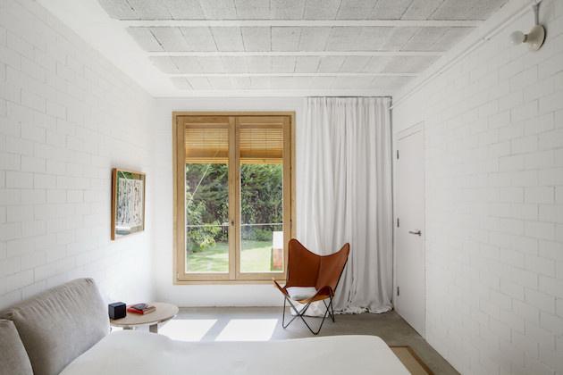 Spálňa je tiež veľmi jednoduchá, najvýraznejší je výhľad z okna na zeleň.