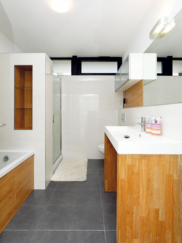 """Podobné kúpeľne sú v dome dve – jedna rodinná, druhá """"en suite"""", pri rodičovskej spálni. """"Druhá kúpeľňa pri spálni je veľmi praktická. Toto riešenie sa nám naozaj osvedčilo,"""" odporúča architekt"""