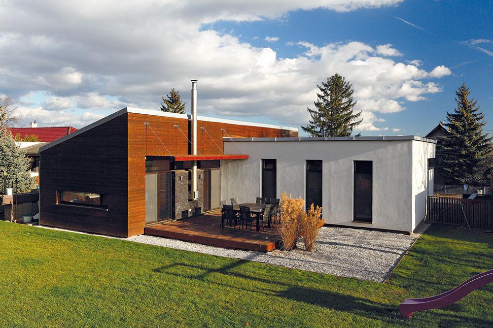 Denná anočná zóna domu sú odlíšené stavebne aoddelené prevádzkovo aj dispozične – včasti obloženej drevom je otvorený denný priestor, vnižšom, omietnutom krídle splochou strechou sú spálne akúpeľne.
