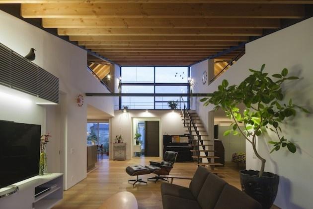Nemenej očarujúca je priestranná lodžia na poschodí, ktorá sa nachádza na presklennej časti strechy. Celý dom je  preto krásne slnečný. Interiér je moderný, odkrytý drevený strop mu dodáva na útulnosti. Obývačka je zariadená v minimalistickom modernom štýle. Všimnite si kombináciu tmavých farieb s bielou.